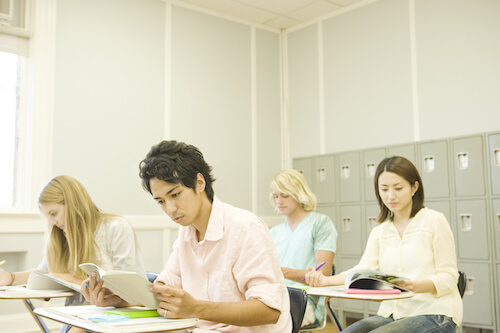 勉強に励む生徒たち